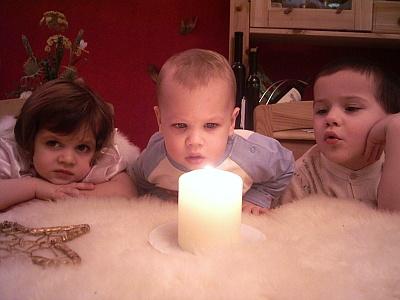 Kinder mit Kerze