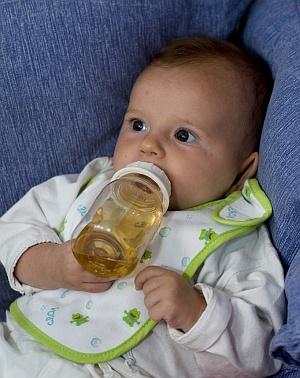 Baby mit Tee
